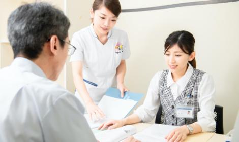 入退院の説明をする病院スタッフ