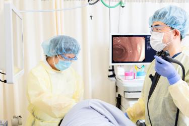 エコーで患者を見る医師