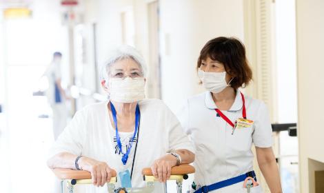 再診する患者と看護師