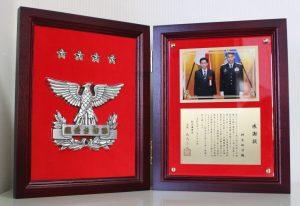 放射線診断科 桐生拓司教授が航空幕僚長から感謝状を贈呈されました。
