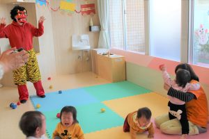 院内保育所「バンビーニ」で節分・豆まき会を開催しました。